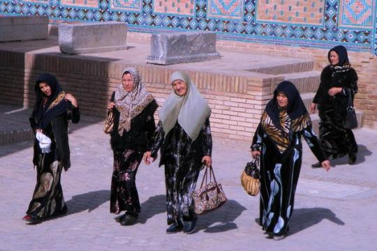 Femmes de Samarcande. http://www.linternaute.com/voyage/linternaute_editorial_voyage/asie/ouzbekistan