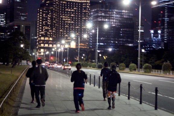 Jogging autour du Palais impérial la nuit . http://farm8.staticflickr.com/7456/11165222546_c7b26f3ce3_o.jpg
