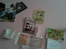 Dans ma chambre, partagée dans la joie, la bonne humeur et les pétages de plomb, j'ai personnalisé le mur au niveau de mon lit.