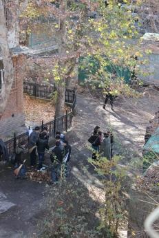 Tachkent: journée de service communautaire des élèves - à la fin du balayage, les élèves ont constitué des tas de feuilles mortes qu'ils ont ensuite transporté dans de grandes bâches
