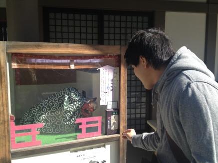 Une pièce de 100 yen s'il vous plait.
