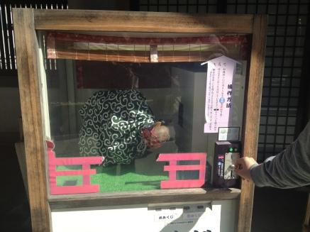 Le lion qui danse a pioché un papier de bonne fortune pour le Nippon. Moi je l'ai pioché dans une urne plus loin.