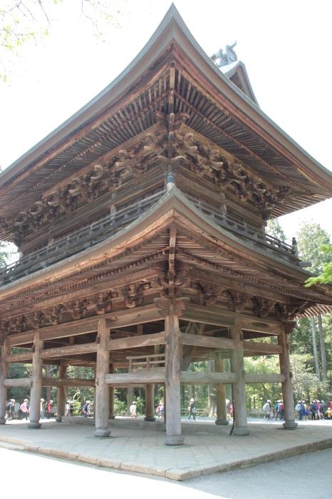 Engakuji - Dès l'entrée, les temples se dressent à flanc de colline boisée, avec les bâtiments principaux en ligne droite dans le style chinois; les bâtiments austères et les arbres se mélangeant dans une plaisante composition. Il y a en tout 18 temples sur le site.