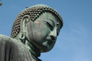 Depuis le pied de ce bouddha, on voit la mer en contrebas
