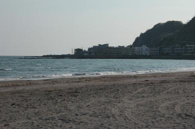 La longue plage de Kamakura, station balnéaire populaire