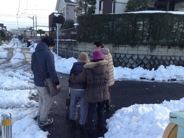 Jour de vote cet hiver à Hachioji, parents et grand mère ont affronté les routes enneigées pour se rendre au bureau de vote !