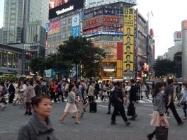 Le célèbre passage piéton de Shibuya, au mois de Mai. Le temps commence à jouer avec nos nerfs, entre des journées chaudes et des journées pluvieuses.