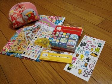 Des tampons encreurs, des stickers, cahiers et petites trousses, le tout aux couleurs criardes, à 26 ans, même pas honte !