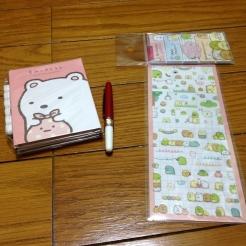 Stickers, petits marque-page sumikko gurashi, petit stylo et lot de post-it sumikko gurashi.