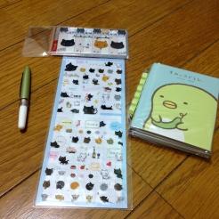Stickers, petits marque-page Kutusita Nyanko, petit stylo et lot de post-it sumikko gurashi.