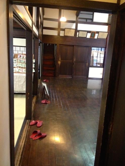 Intérieur tout en bois de l'une des plus vieilles boutiques du coin