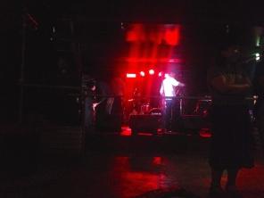 Concert dans une petite salle avec des groupes du coin et tous les amis venus les voir