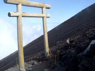 Un portail traditionnel ayant perdu sa couleur vermillonne (torii).